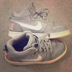 💕Nike girls gray leather shoes sz 6.5 Y awesome💕